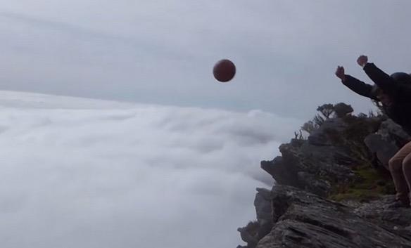 Magnus Effect Bola Keranjang Dibuang Dari Tebing Tinggi