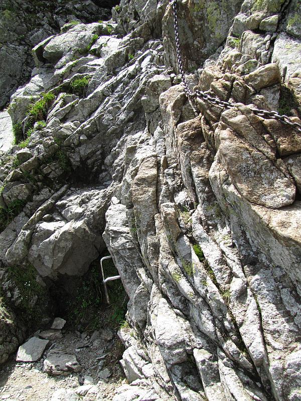 Klamra ułatwiająca wspięcie się po skalnej ściance pod Zawratem.
