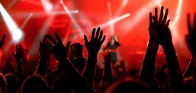 Foto fiesta-concierto manos arriba