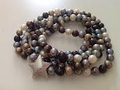 Forskellig-farvede mindre runde perler