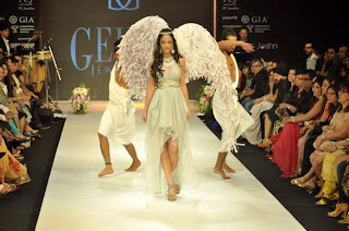 Angela Jonsson walks the ramp for Gehna Jewellers at IIJW 2012