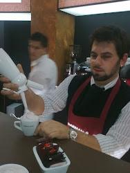 Maestrul barista folosind sifonul MOSA.