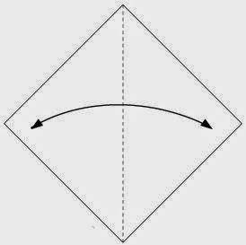 Bước 1: Gấp đôi tờ giấy lại theo chiều từ trái qua phải, sau đó mở ra để tạo nếp gấp.
