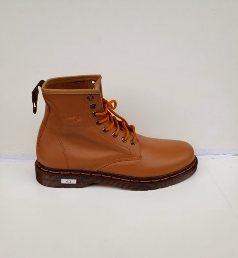 Sepatu Dr Martens coklat, sepatu boots