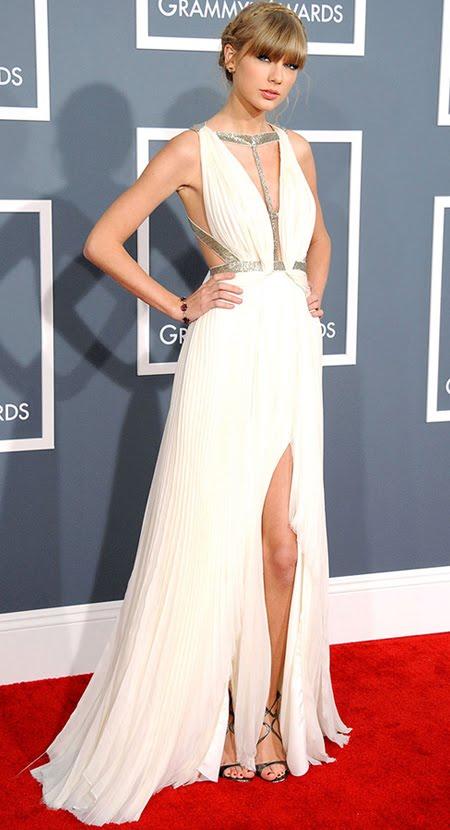 Тейлър Суифт на Грами 2013 в бяла рокля с драперии и прическа с плитка на венец