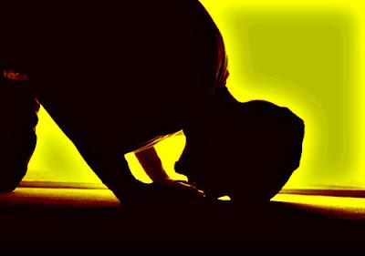 kakek buta sholat jamaah di masjid