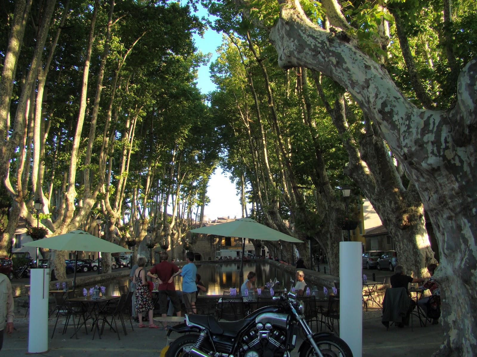 http://4.bp.blogspot.com/-HkhD59TL4XI/T4CwHxDvg9I/AAAAAAAAAQU/gkvZv_d-nWY/s1600/Cucuron+square+with+restaurants.JPG
