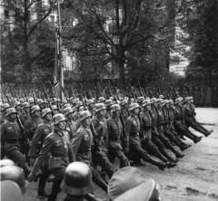 Tropas alemanas marchando en varsovia tras la invasión