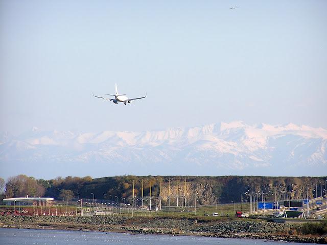 Самолет заходит на посадку. Трабзон. Турция.