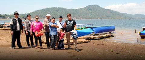 Kepala Desa Cintakarya bersama keluarganya
