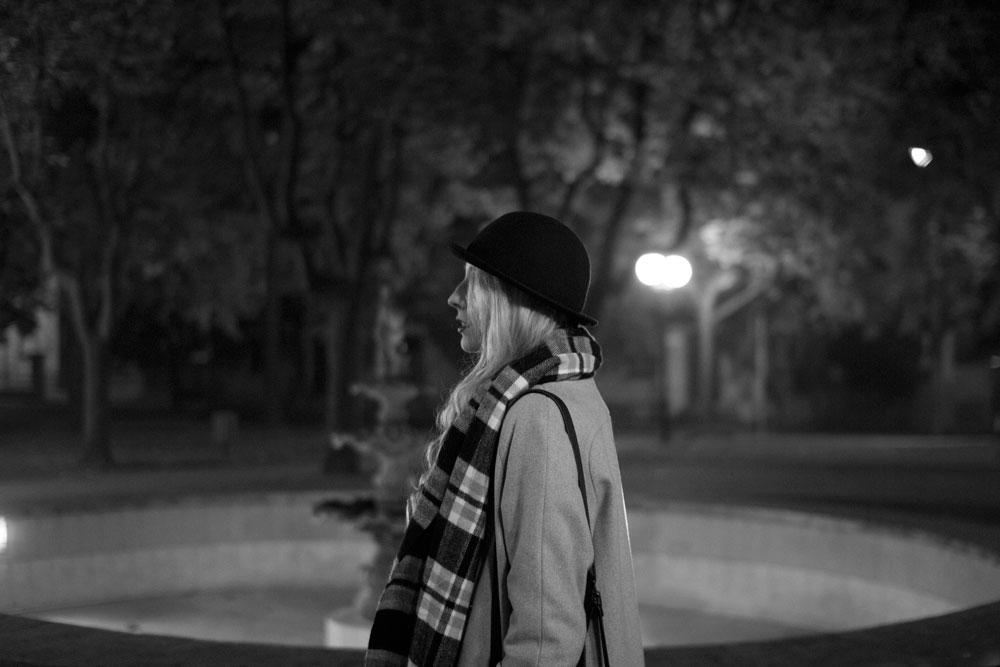 Blog modowy Opoczno - biało czarny szalik w kratkę ONLY, kapelusz melonik czarny H&M, sukienka luźna krój A pudrowy róż, botki czarne CCC Lasocki sztyblety 2015, czarna torebka Doca