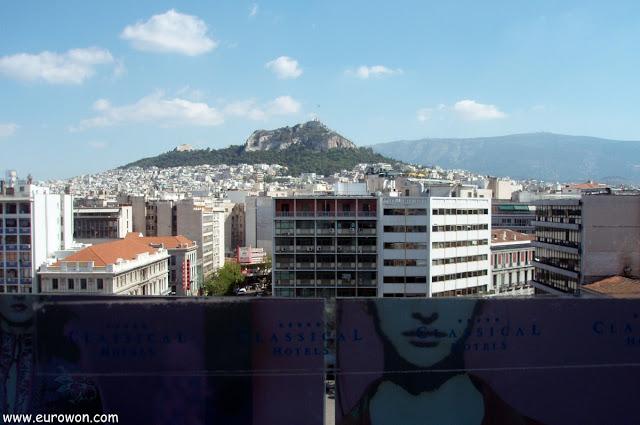 Vista del monte Licabeto desde un hotel de Atenas