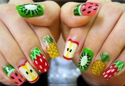 Diversas frutas en diseño de uñas piña, sandia, manzana, fresa  y kiwi