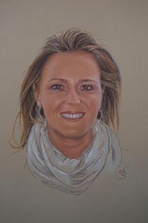 Retrato a pastel de una mujer jóven, rubia y sonriente