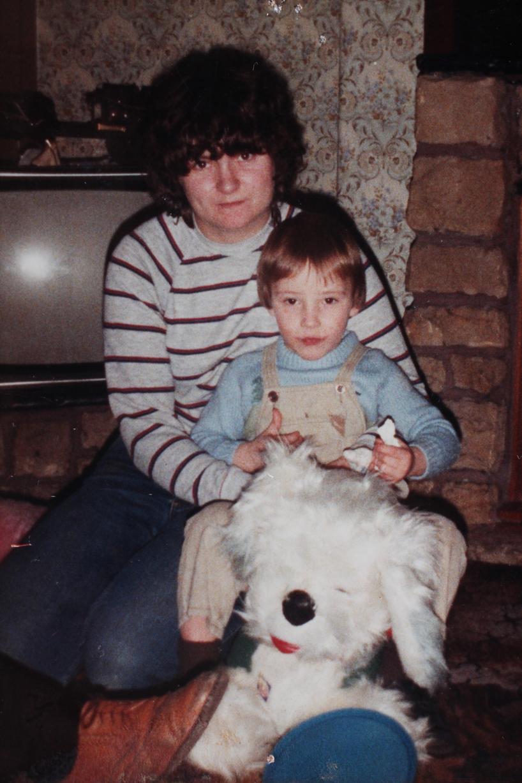 Ibu menemui anak lelaki selepas berpisah selama 28 tahun melalui laman sosial