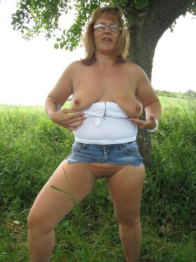 Nackt Bilder : Alte Oma mit kleinen Hänge Möpsen   nackter arsch.com