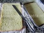 Prajitura cu vanilie preparare reteta - blatul taiat pe jumatate cu un cutit zimtat