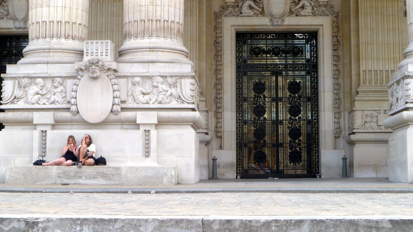 Pareja haciendo tiempo en París