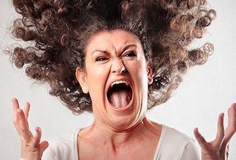 Οργή, θυμός, αγανάκτηση στο πρόσωπο της Ελληνίδας