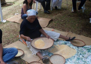 Grand'Mère vannant le maïs