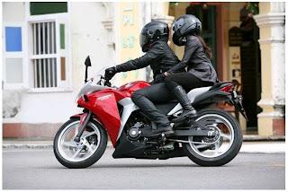 Tips Aman Membonceng Wanita dengan motor