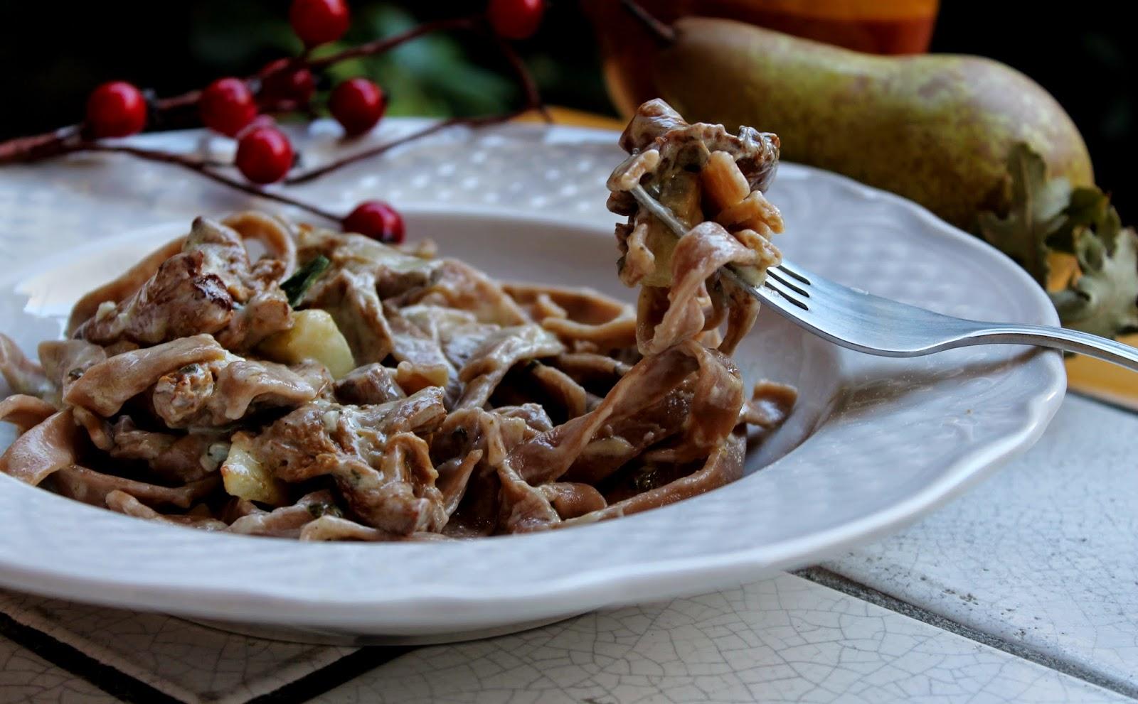Tagliatelle con farina di castagne con finferli gorgonzola e pera caramellata