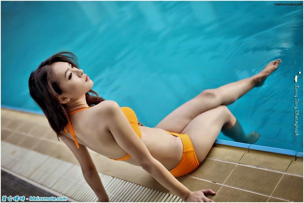 Capture stunning poolside bikini beauty
