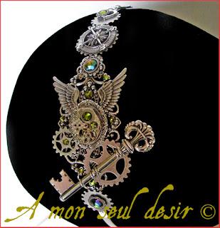 Serre-tête Steampunk mouvement de montre mécanique mécanisme rouages clef clé boussole ailes argentées strass Swarovski vert olive gears silver wings key steampunk headband