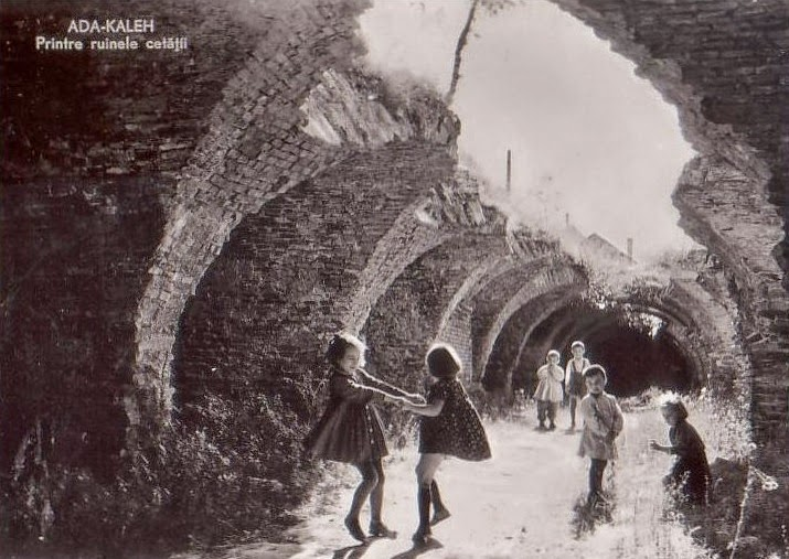 Copii jucandu-se printre ruinele Ada-Kaleh-ului