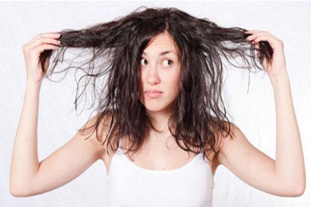 El medio para el tratamiento preliminar de los cabello