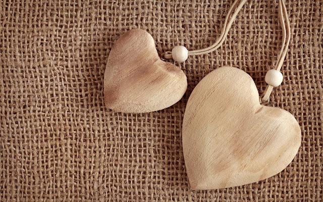 Mooie houten liefdeshartjes op een achtergrond van stof
