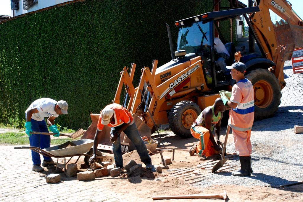 Frente de trabalho atua na recomposição de paralelos na Rua São Carlos (Jardim Pimenteiras)