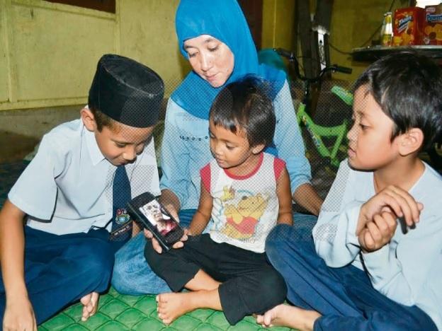 #SelamatkanZulkifli: Keluarga Zulkifli terpaksa robohkan rumah, tinggal di warung