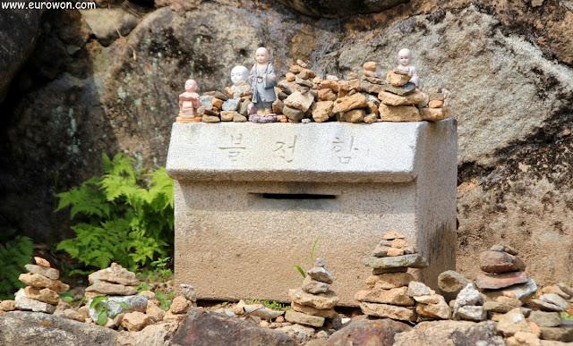 Urna de piedra para donaciones en el templo Buseoksa