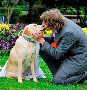 Pria menikah dengan Anjing