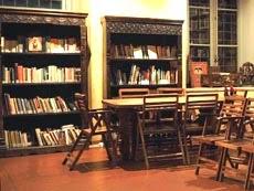 Nuova libreria e tavolo di lettura