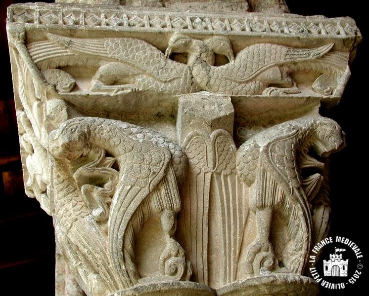 MOISSAC (82) - Le cloître roman : chapiteau à aigles et paons