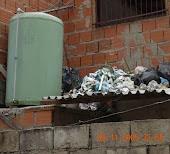 Acumulación de basura en los techos de las casas