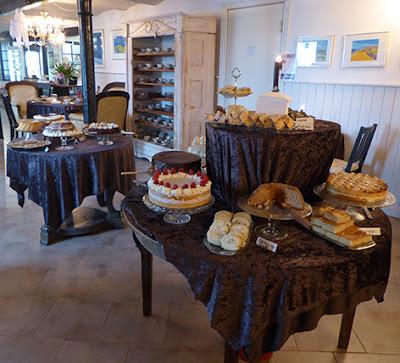 Mange forskellige lækre kager til kaffebord i Fruens Vilje