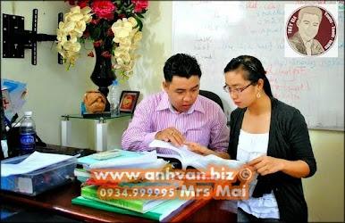 Thầy Gia giảng bài cho từng học viên (2012)