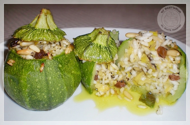 Zucchine tonde ripiene di riso con uvetta, pinoli e menta