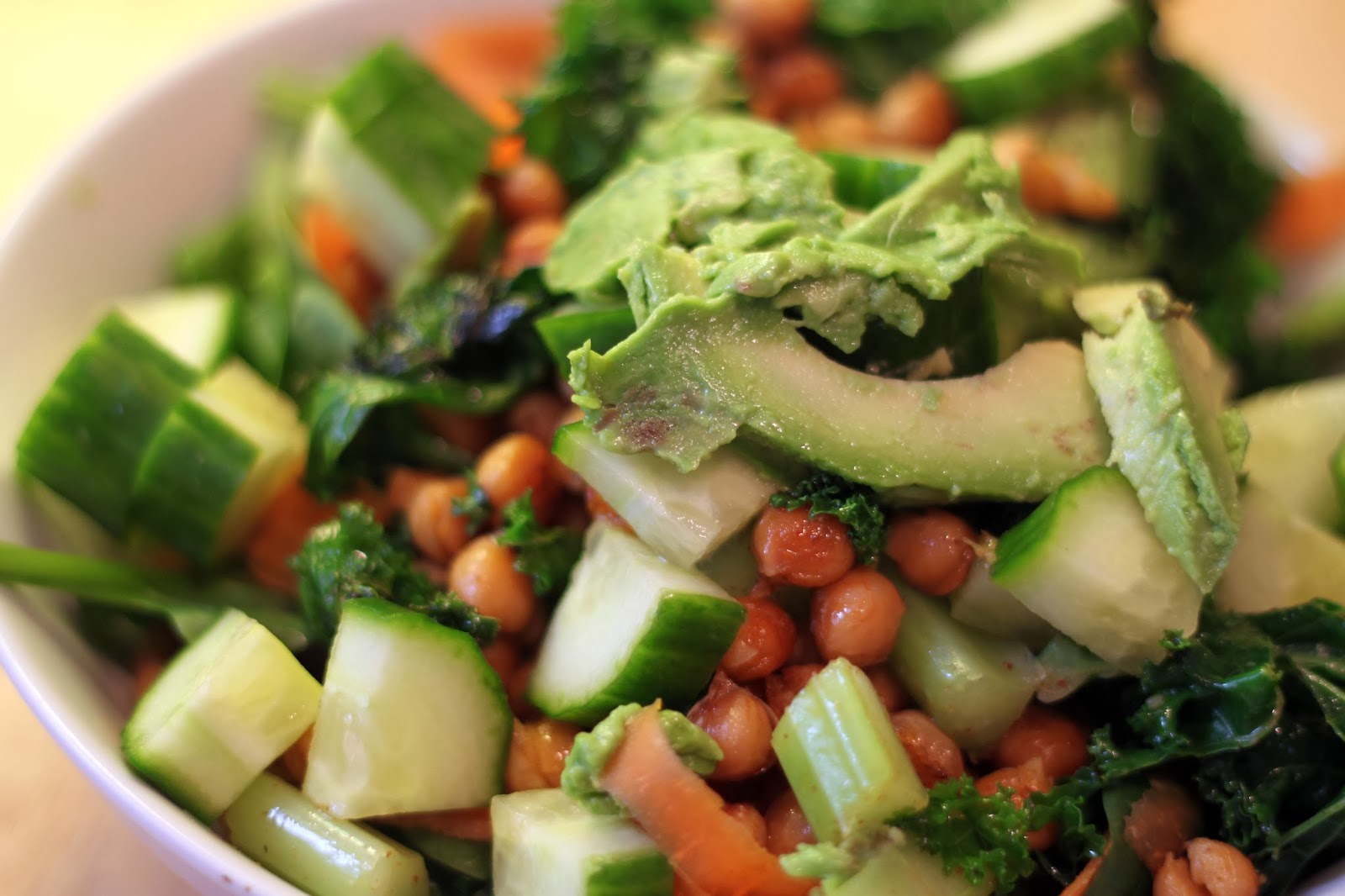 FOOD : ROASTED CHICKPEA AND KALE SALAD