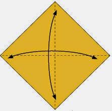 Bước 1: Gấp tờ giấy làm bốn để tạo các nếp gấp, sao đó lại mở ra.