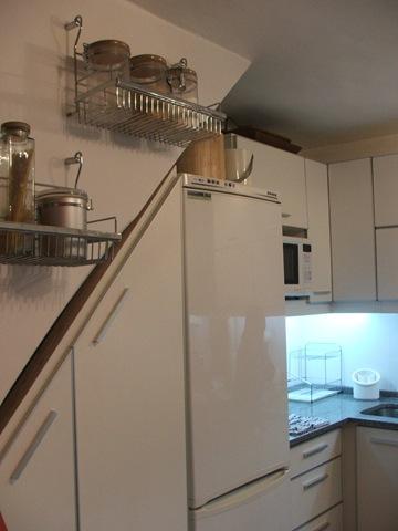 Decoraciones y mas modernas cocinas bajo las escaleras en for Muebles bajo escalera fotos