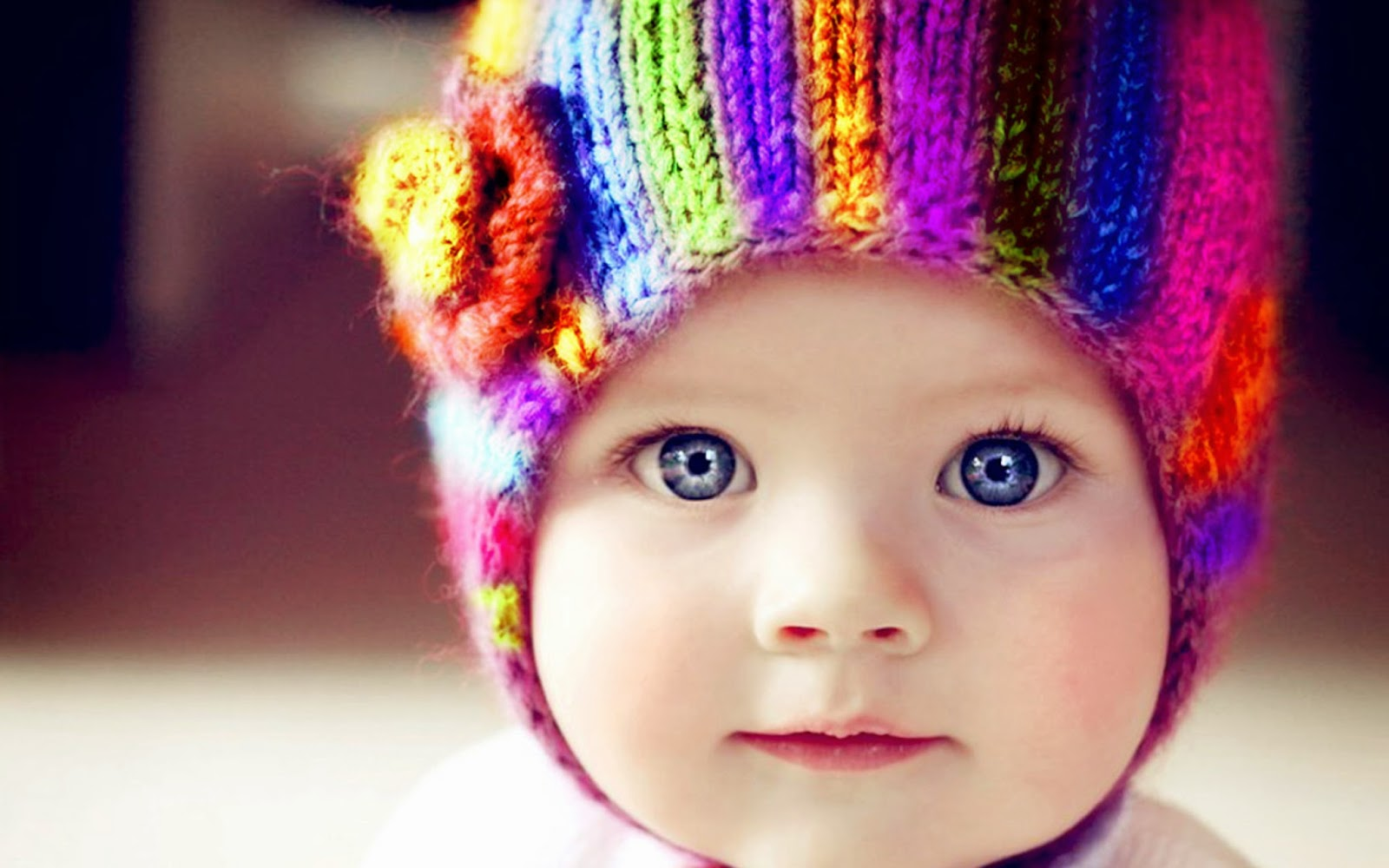 Wallpaper met baby met felblauwe ogen