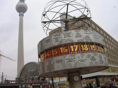 Reloj mundial en Alexander Platz, Berlin, Alemania, round the world, La vuelta al mundo de Asun y Ricardo, mundoporlibre.com