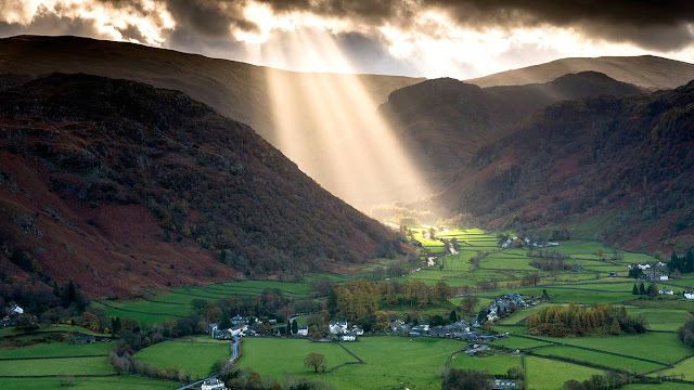 Shafts of light work their way across the Borrowdale Valley in the Lake District National Park, England (© John Finney Photography/Getty Images) 628