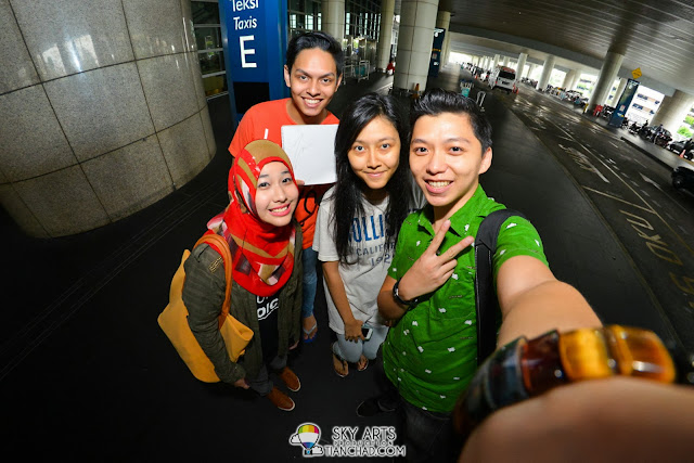 Khairin, Afrina and Nazren were the three OneRepublic fans who manage to witness their arrival *selfie time*