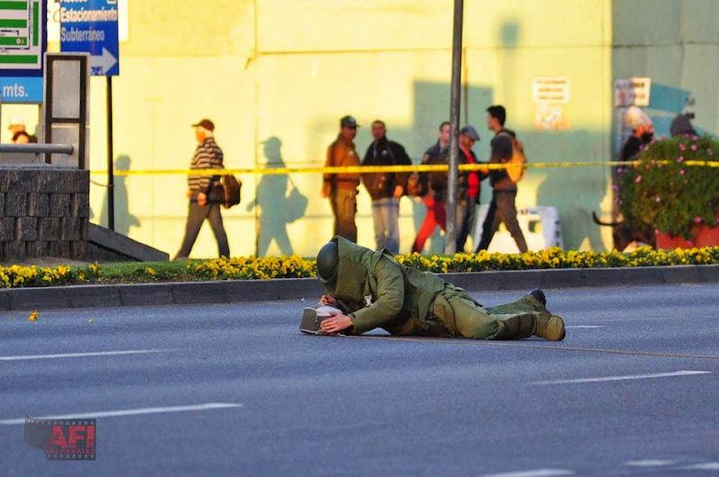 SIN PALABRAS, SOLO VEA LAS MANOS DESCUBIERTAS Y ESTA SUPUESTAMENTE DESACTIVANDO UNA BOMBA!!!!!!!!!!