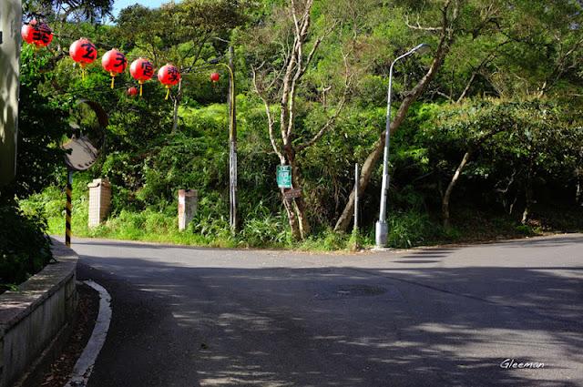 出劍南路後回望,右邊是劍南路往外雙溪方向,左邊即是可往雞南山或東吳大學的叉路。